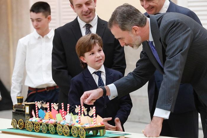 779659fa7 Su Majestad el Rey, durante su recorrido por las obras ganadoras, junto a  Mateo Calvo Domeño (Navarra)